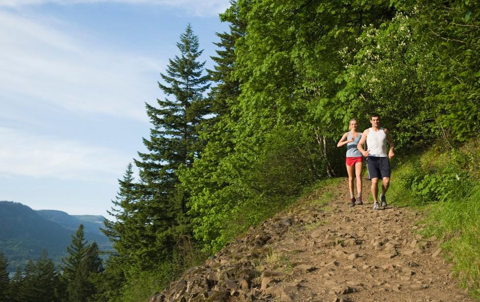 Je tek na atletski stezi boljši od teka v naravi? (foto: Profimedia)
