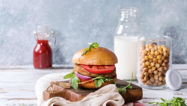 Za prste obliznit: Doma pripravljen piščančji burger z dodatki (foto: profimedia)