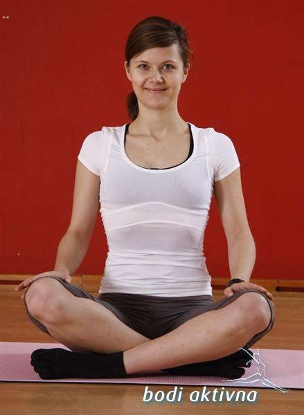 Poravnava hrbtenice in upoštevanje prvega pilates principa – vdih v rebra.