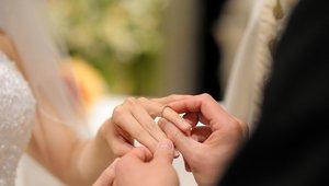 Vse več je mladoporočencev, ki jih poročni zvonovi niso najbolj razveselili.