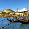 Kot v časih pomorščakov: Barcos Rabelos, stari čolni za prevažanje portovca, so zasidrani pred mostom Dom Luis I.