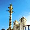 Nad starim delom mesta Ribeira, ki spada med UNESCO-vo svetovno kulturno dediščino, se vzpenja katedrala Sé do Porto.