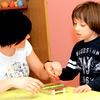 """Veronika Gomboc, študentka specialne rehabilitacijske pedagogike: """"Poleti smo imeli trening s strokovnjakinjo iz Londona. Upamo, da bomo dobili še več terapevtov, ker smo zdaj samo tri. Pri nas se ta terapija še ne izvaja, čeprav so jo v tujini začeli že med letoma 1970 in 1980. Je ena izmed glavnih terapij, s katero se spodbujajo pozitivni odzivi s pomočjo igrač in spodbujevalnikov, ki otroka motivirajo."""""""