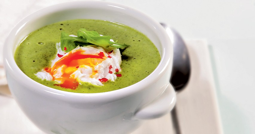 Kremna juha iz rukole s poširanim jajcem