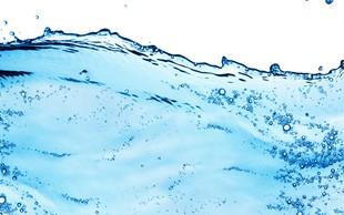 Je treba res popiti na litre vode na dan?