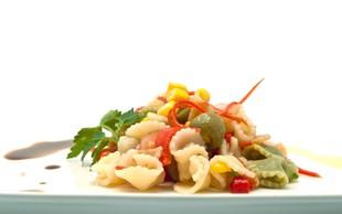 Recept: Testeninska solata s pečeno papriko in avokadom