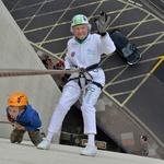 Babica Doris Long si je za 99. rojstni dan zaželela podreti osebni rekord. Takole ji je uspelo. Zdaj je uradno najstarejša oseba, ki se ji je uspelo spustiti z dobrih 60 metrov visokega zidu. (foto: Profimedia)