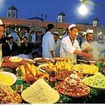 Kuhanje eksotično dišečih jedi (na primer piščanec v tradicionalnem loncu tagine) zvečer privabi številne ljudi na tržnico Djermaa el Fna (Trg obešencev). (foto: promocijski materijal)