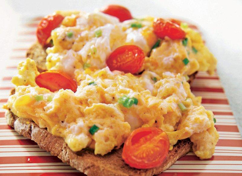 Umešano jajce na polnozrnatem kruhu