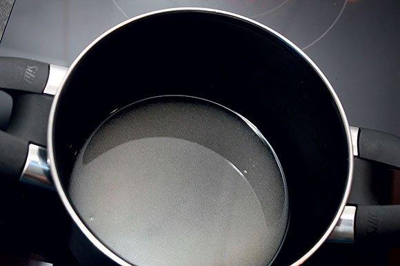Sladkor vsujemo v malo kozico in prelijemo z vodo