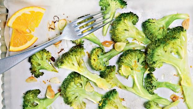 Recept: Pečen brokoli s česnom in pomarančnim sokom (foto: Arhiv revije Čarovnija okusa)