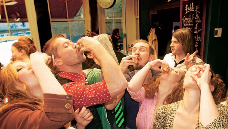 Kaj se dogaja v našem telesu, ko popijemo preveč alkohola? (foto: getty images)