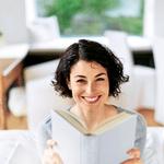 Knjiga namesto televizije: Privoščite si branje knjige, ki že dlje časa čaka na vas. Uživajte v tišini in 'kinu v glavi'. (foto: Revija Lisa)