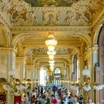 Po temeljiti prenovi Hotela Boscolo je leta 2006 palača postala hotel s še vedno najlepšo in legendarno kavarno (foto: profimedia)