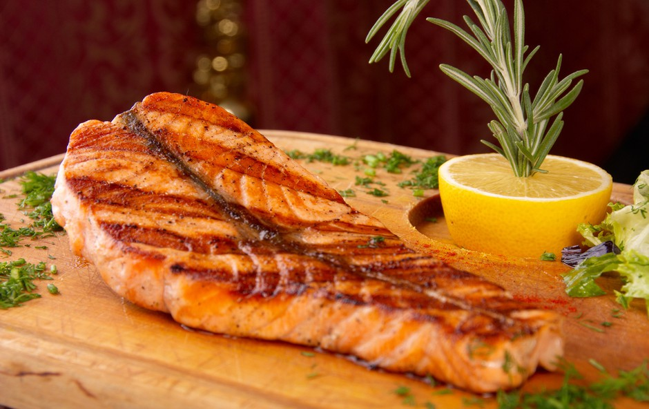 Recepti: Na žaru pečene dobrote iz morja ali reke (foto: Shutterstock.com)