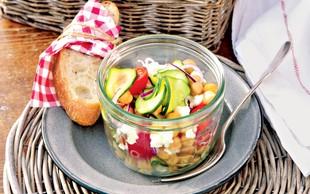 Recept: Spomladanska solata s popečenimi bučkami