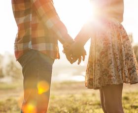 So pomladne romance posledica romantizacije pomladi ali hormonov?