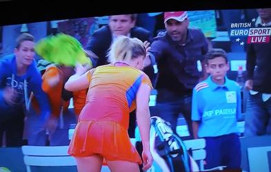 Gledalec na Roland Garrosu nešportno demonstrira, da obleka ne naredi človeka