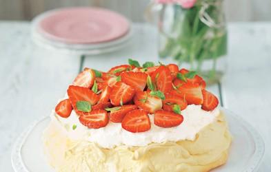 Smetanova beljakova torta z veliko sadja