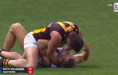 Igralec avstralskega ragbija, ki je igro vzel malce preveč resno