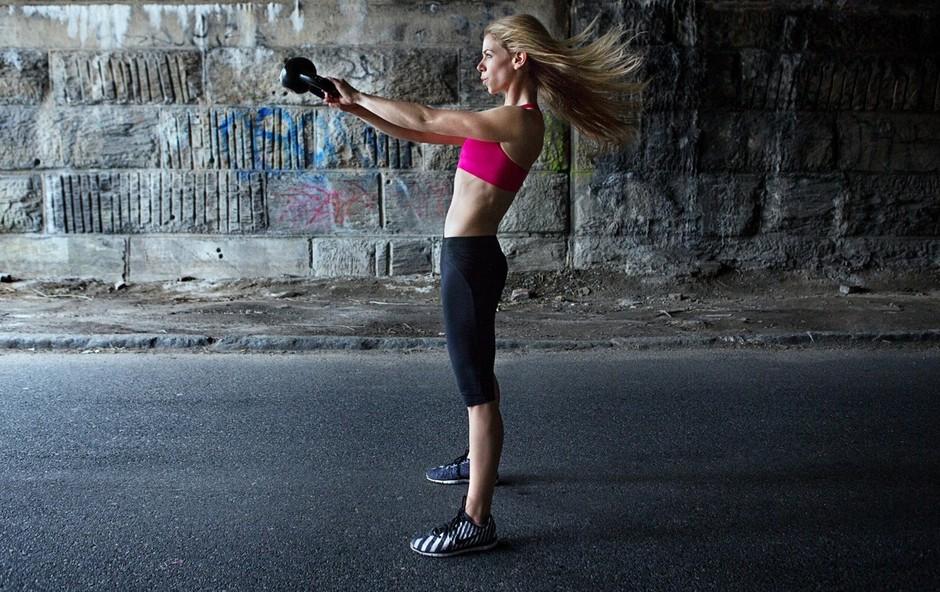 Kettlebell lifting: Trening za krepitev zadnje kinetične verige, ramenskega obroča in trupa (foto: Profimedia)