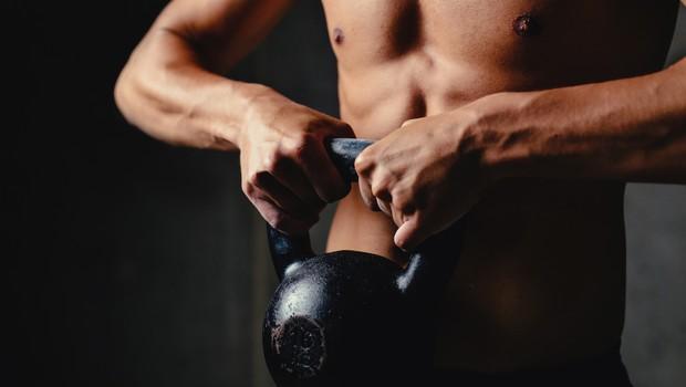 Kettlebell lifting: Trening za krepitev nog in jedra (foto: Shutterstock.com)