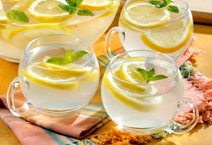 6 razlogov, zakaj je dan dobro začeti s toplo limonado