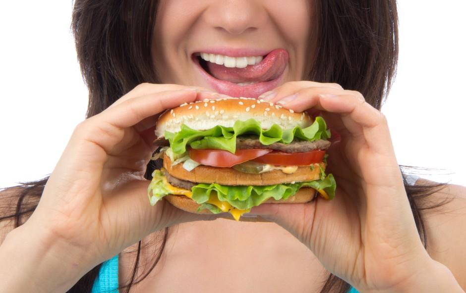 Zakaj pred menstruacijo tako radi posegate po nezdravi hrani (foto: Shutterstock.com)