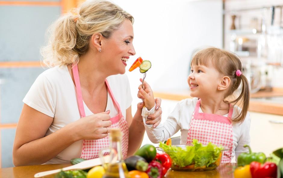 Kako otroka naučiti jesti bolj zdravo in hranilno? (foto: Shutterstock.com)