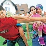 Očka Uroš z Nikom ter mamica Silvija z Moniko na domačem vrtu. (foto: Revija Lisa)
