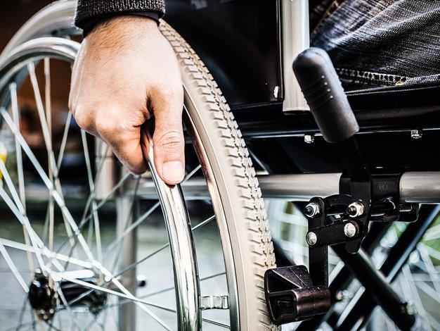 Kako lahko na najboljši način pomagamo invalidnim osebam? - Foto: Shutterstock.com