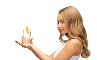 10 razlogov, da bi si morale vsako jutro privoščiti toplo vodo z limono