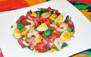 Recept: Solata s kozicami, slanino in avokadom