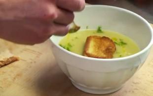 Janeževa kremna juha z dimljenim lososom po receptu Valeria Lutmana