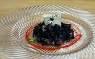 Video: Črna rižota s tunino po receptu Valeria Lutmana