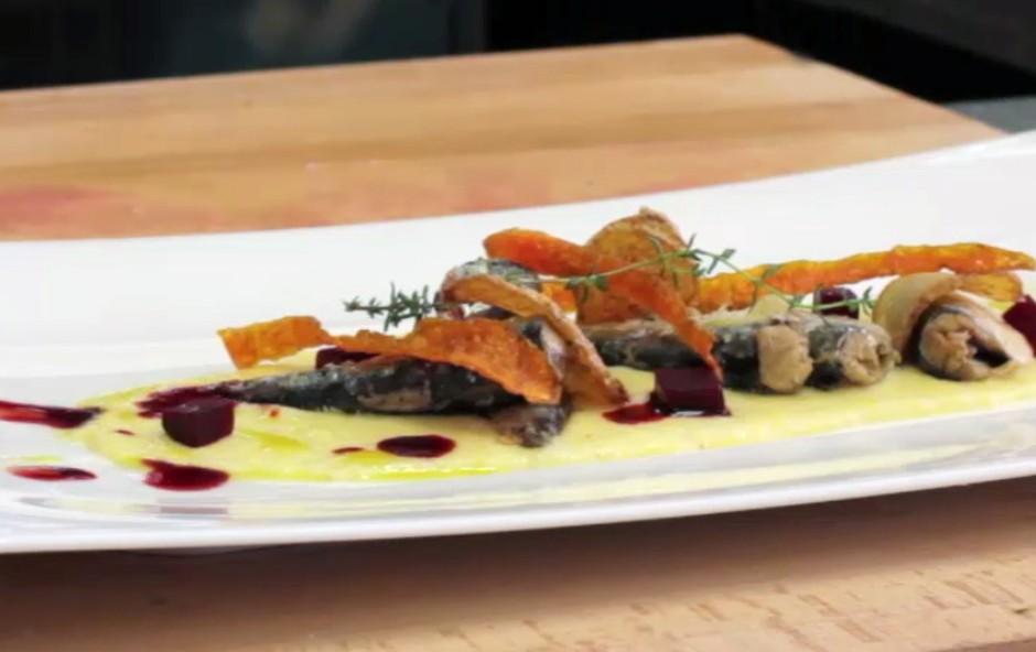 Recept: Sardele na kremni polenti z rdečo peso in čipsom