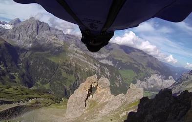 Adrenalinski let z letalno obleko skozi skalnato odprtino, ob katerem vam bo zastal dih