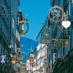 Žitna ulica (Getreidegasse) v starem mestnem jedru, kjer mamijo številne visoke, ozke hiše, trgovine, notranja dvorišča in znameniti kovinski izveski nad trgovinami. (foto: arhiv)