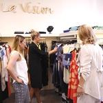 Pri iskanju oblačil so jima pomagale prijazne prodajalke. (foto: Helena Kermelj)