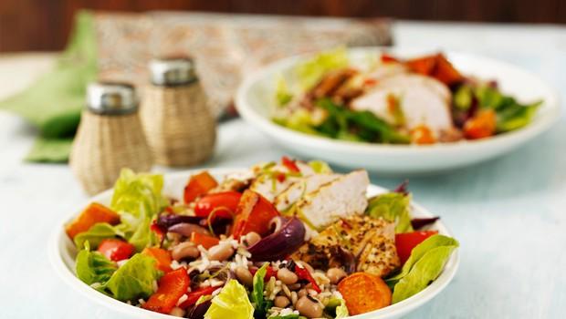 Za ljubitelje žara: Piščanec z jamajško omako in solato (foto: Profimedia)