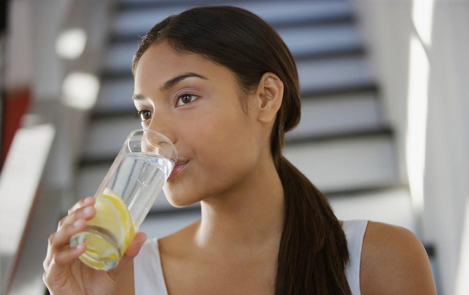 10 razlogov, zakaj bi morali vsako jutro piti vodo z limono (foto: Profimedia)