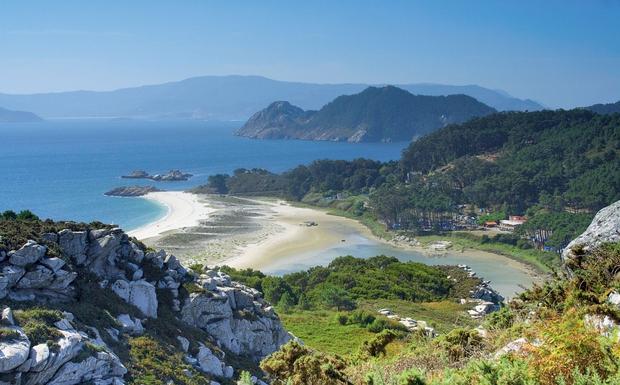 Bele plaže se vijejo med klifi in segajo v območje naravnih parkov. Mala mesteca te sprejmejo s svojo slikovitostjo in mešanico različnih kultur, kjer domuje veliko zalivov za ribarjenje. Znani so po tem, da se v njih mešata slana in sladka voda. Njihova morska hrana je zelo cenjena in priljubljena.