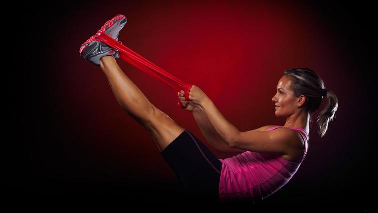 Video: Vaje z elastiko za čvrste noge in zadnjico (foto: Shutterstock.com)