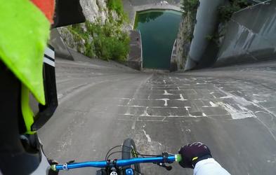 Slovenski gorski kolesar Primož Ravnik v viralnem videu o spustu po jezu