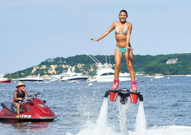 Flyboard je posebna vrsta jetpacka,s pomočjo katerega lahko letimo med 2,5 in 15 metri nad vodo. Letenje omogoča voda, ki …