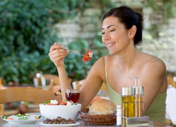 1. Uživajte v hrani in se popolnoma posveti obroku Zelo nepriporočljivo je gledati TV ali brati časopis, medtem ko jeste. …