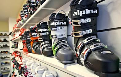 Zakaj so smučarski čevlji še vedno trdi?