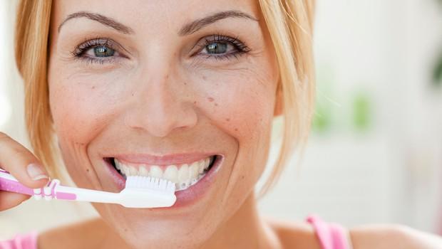 Povsem preprost recept za pasto, ki pobeli zobe in zdravi vnete dlesni (foto: Profimedia)