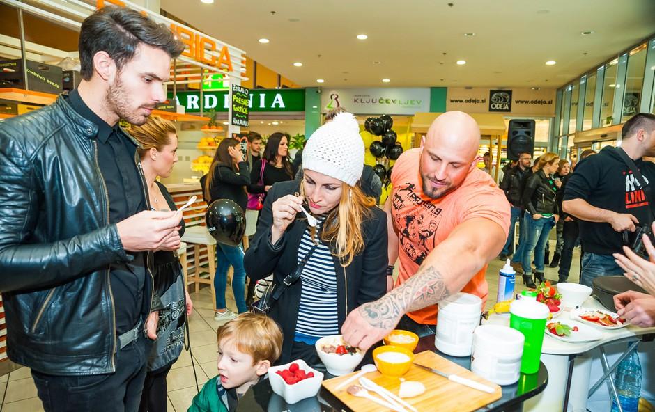 Okusne beljakovinske sladice so najprej poskusil Matjaž Kumelj, Benjamin Radič in Eva Hren. (foto: Aleksandar Domitrica)