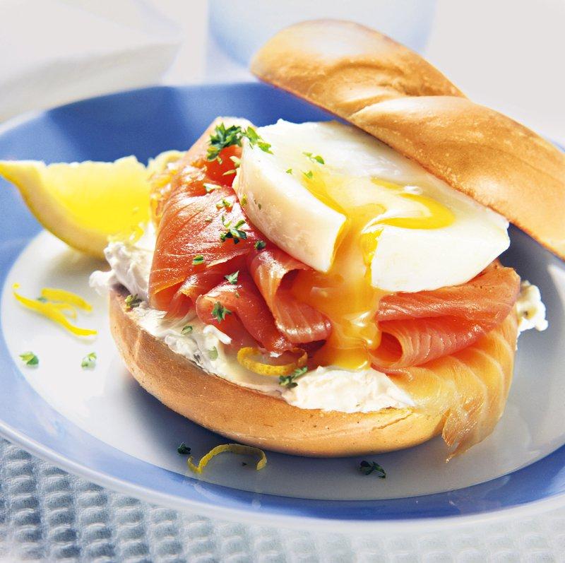 Bučkini kupčki z jajcem in lososom